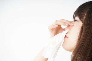 鼻血が出た若い女性の写真素材 [FYI04656047]