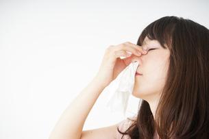 鼻血が出た若い女性の写真素材 [FYI04656048]
