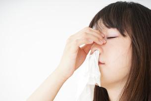 鼻血が出た若い女性の写真素材 [FYI04656049]