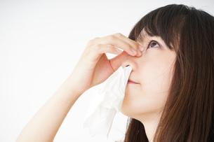 鼻血が出た若い女性の写真素材 [FYI04656050]