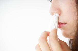 鼻血が出た若い女性の写真素材 [FYI04656053]