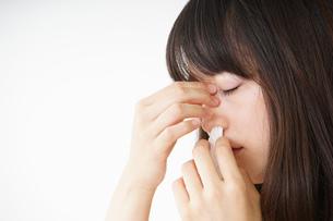 鼻血が出た若い女性の写真素材 [FYI04656054]