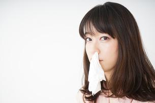 鼻血が出た若い女性の写真素材 [FYI04656055]