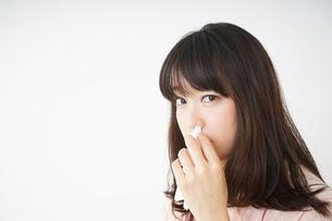 鼻血が出た若い女性の写真素材 [FYI04656058]