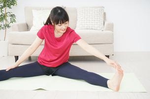 ストレッチをする若い女性の写真素材 [FYI04656060]