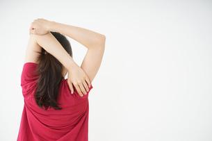 ストレッチをする若い女性の写真素材 [FYI04656080]