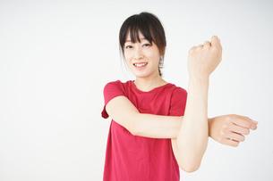 ストレッチをする若い女性の写真素材 [FYI04656081]