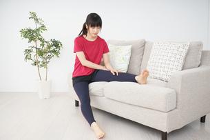 ストレッチをする若い女性の写真素材 [FYI04656093]