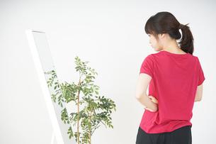 ダイエットをする若い女性の写真素材 [FYI04656097]