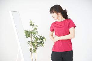 ダイエットをする若い女性の写真素材 [FYI04656099]