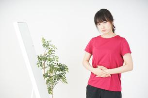 ダイエットをする若い女性の写真素材 [FYI04656104]