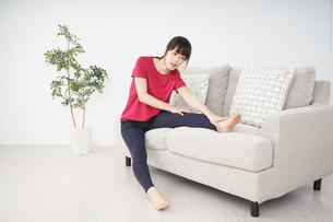 ストレッチをする若い女性の写真素材 [FYI04656105]