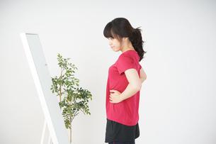 ダイエットをする若い女性の写真素材 [FYI04656106]