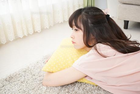 自宅で寝る若い女性の写真素材 [FYI04656111]