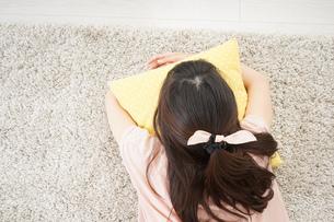 自宅で寝る若い女性の写真素材 [FYI04656115]
