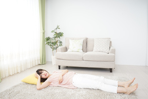 自宅で寝る若い女性の写真素材 [FYI04656116]