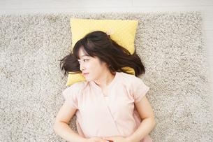 自宅で寝る若い女性の写真素材 [FYI04656117]
