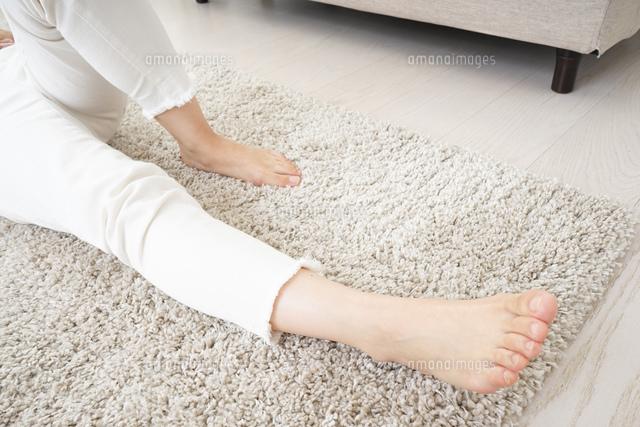 自宅で寝る若い女性の写真素材 [FYI04656122]