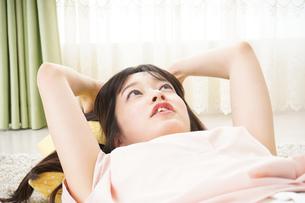 自宅で寝る若い女性の写真素材 [FYI04656124]