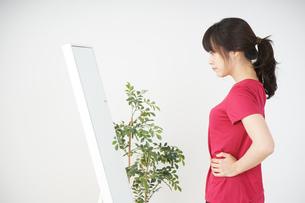 ダイエットをする若い女性の写真素材 [FYI04656128]