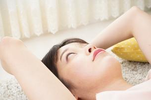 自宅で寝る若い女性の写真素材 [FYI04656130]