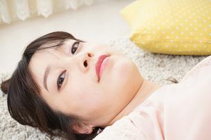 自宅で寝る若い女性の写真素材 [FYI04656132]