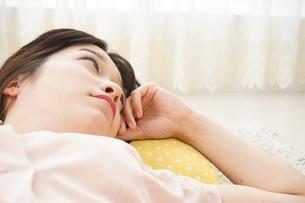 自宅で寝る若い女性の写真素材 [FYI04656133]