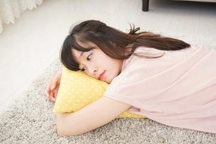 自宅で寝る若い女性の写真素材 [FYI04656141]