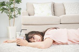 部屋でコーヒーを飲む若い女性の写真素材 [FYI04656153]