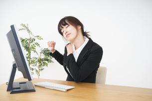 オフィスワークで疲労するビジネスウーマンの写真素材 [FYI04656179]