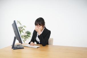 オフィスワークで疲労するビジネスウーマンの写真素材 [FYI04656180]
