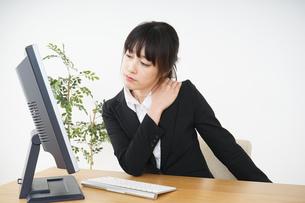 オフィスワークで疲労するビジネスウーマンの写真素材 [FYI04656185]
