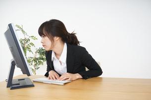 オフィスワークで疲労するビジネスウーマンの写真素材 [FYI04656187]