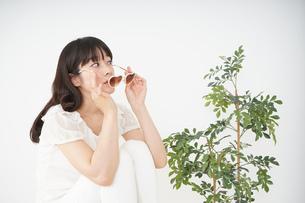 サングラスをかけた若い女性の写真素材 [FYI04656188]