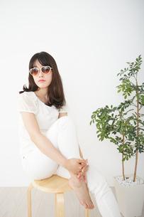 サングラスをかけた若い女性の写真素材 [FYI04656194]