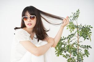 サングラスをかけた若い女性の写真素材 [FYI04656203]