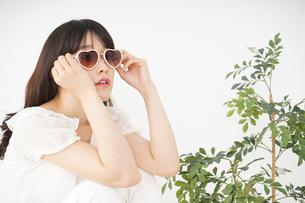 サングラスをかけた若い女性の写真素材 [FYI04656206]