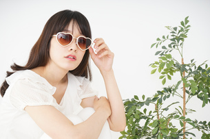 サングラスをかけた若い女性の写真素材 [FYI04656208]