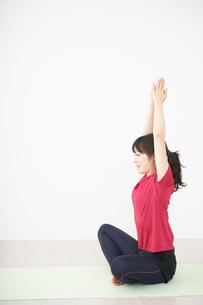 ヨガをする若い女性の写真素材 [FYI04656210]
