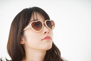 サングラスをかけた若い女性の写真素材 [FYI04656212]