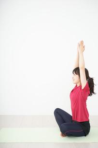 ヨガをする若い女性の写真素材 [FYI04656213]