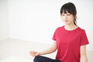 ヨガをする若い女性の写真素材 [FYI04656226]