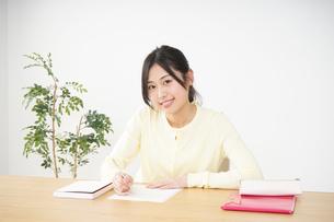 勉強する若い女性の写真素材 [FYI04656229]