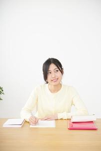 勉強する若い女性の写真素材 [FYI04656232]