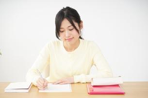 勉強する若い女性の写真素材 [FYI04656233]