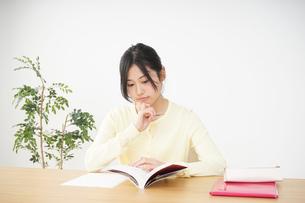 勉強する若い女性の写真素材 [FYI04656236]