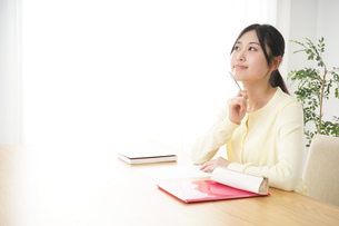 勉強する若い女性の写真素材 [FYI04656239]
