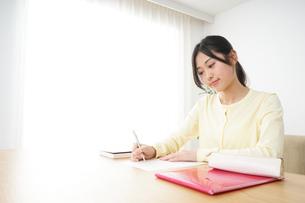 勉強する若い女性の写真素材 [FYI04656245]