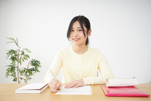 勉強する若い女性の写真素材 [FYI04656252]