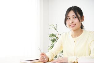 勉強する若い女性の写真素材 [FYI04656255]